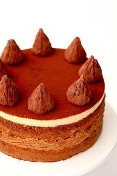 День рождения близкого человека лучший повод испечь торт. Ореховые коржи, карамельно-шоколадная начинка, кофейный крем и самодельные трюфели. Каков он на вкус я пока не знаю, фото в разрезе и рецензия будут позже, пока же торт дожидается вечера и знакомства с деньрожденником. Идею этого торта я…