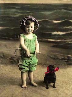 Petite fille sur la plage avec de faux réel chihuahua, portrait en studio teinté main, Victorian / Edwardian.