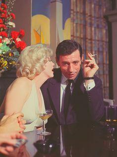 """1960 / Une conférence de presse est organisée par la Fox pour présenter le film """"Let's make love"""", avec les acteurs (Frankie VAUGHAN,Marilyn et Yves MONTAND accompagnés par leurs conjoints respectifs Arthur MILLER et Simone SIGNORET), le réalisateur George CUKOR, le producteur Buddy ADLER ainsi que les journaliste Bob THOMAS, Dorothy KILGALLEN et Sidney SKOLSKY, puis l'animateur Milton BERLE."""