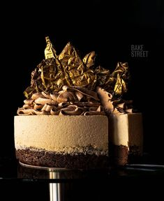 Brownie coffee mousse cake, a brownie base with walnuts accompanied by a coffee mousse and crowned with a SMBC chocolate. Sweet Recipes, Cake Recipes, Dessert Recipes, Coffee Mousse, Desserts Around The World, Gourmet Cakes, Xmas Food, Making Whipped Cream, Healthy Cake