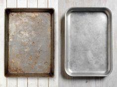 Ein schmutziges Backblech lässt sich mit wenigen Hausmitteln schnell wieder reinigen.