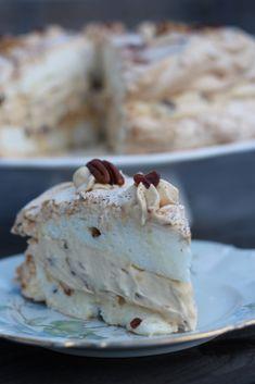 Die Weltbeste Torte die man sich vorstellen kann. Knuspriges Baiser mit Datteln, Karamellcreme und Nüssen und natürlich Datteln. Ich sage nur WOW :) Zutaten für 2 Baiser-Platten: 6 Eiweiß 1/2 TL Sa…
