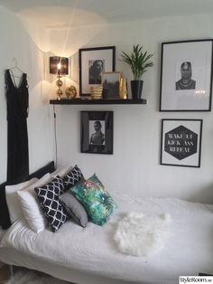 Fotovägg ovanför säng i liten lägenhet