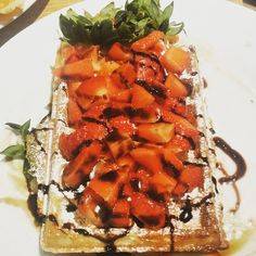 the pineapple waffle made of strawberries! really creative but before all, amazingly tasty :p Brussels, Bruschetta, Strawberries, Waffles, Pineapple, Tasty, Creative, Ethnic Recipes, Food