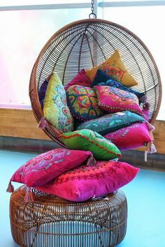 Hangende stoel met kleurrijke kussens, Ibiza stijl