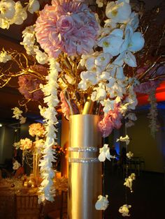 An extremely dramatic royal centerpiece.