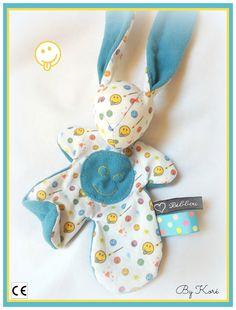 """Doudou lapin Moubbi bleu """" smile """", drôle, doux, Original Fait main . Un cadeau de naissance unique . : Jeux, peluches, doudous par kore-and-co"""