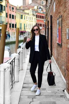 How to wear a suit in 2018 – Katiquette how to wear suit in venice travel; Suits And Sneakers, How To Wear Sneakers, Sneakers Style, Classic Sneakers, Sneaker Outfits, Winter Chic, Estilo Boyish, Suits For Women, Clothes For Women
