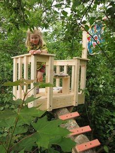 Building a tree perch, tree deck or treehouse is a DIY backyard project that will delight children #buildachildrensplayhouse