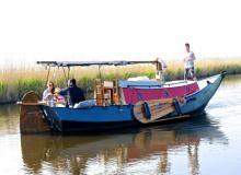 """Vakantieboot Frederiek -Frederiek is een klassieke platbodem. Je heb geen vergunning nodig om met deze boot te varen. De boot heeft vier slaapplaatsen. Frederiek ligt iets buiten het pittoreske dorpje Driehuizen aan het natuurgebied """"de Eilandspolder"""". Op slechts een half uur varen ligt het """"Alkmaardermeer"""" waar je kunt aanmeren voor ontbijt, lunch, diner of een douche. Of je neemt een van de prachtige ringvaartroutes."""