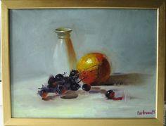 Купить Натюрморт с апельсином и виноградом - бледно-сиреневый, апельсин, оранжевый, виноград, ваза, белый