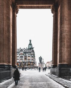Vols pas chers vers Russie. Beautiful Places To Visit, Beautiful World, St Pétersbourg Rússie, St Petersburg Russia, Largest Countries, Through The Window, Land Scape, Old Photos, Travel Inspiration