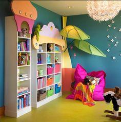 Kinderzimmer bunte Möbel Regale offen-Bodenkissen Beleuchtung-Wanddeko