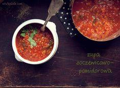 Zupa soczewicowo-pomidorowa  100 g czerwonej soczewicy 1 średniej wielkości czerwona cebula, pokrojona w piórka 1 puszka pomidorów pelati 1 łyżeczka nasion kolendry, utłuczonych w moździerzu 1/4 łyżeczki kurkumy 1 łyżeczka nasion kminu indyjskiego, utłuczonych w moździerzu 1,2 l wody lub wywaru jarzynowego 2,5 cm kawałek świeżego imbiru, starty na tarce szczypta chilli 1/4 łyżeczki cynamonu 2 łyżki świeżej kolendry  do podania: listki świeżej kolendry, sól do smaku  Wszystkie składniki…