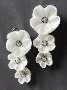 White satin plum blossom earrings for brides - Cercei cu flori kanzashi de… Learn Embroidery, Floral Embroidery, Embroidery Patterns, Hand Embroidery, Flower Crafts, Diy Flowers, Fabric Flowers, Diy Hair Accessories, Wedding Accessories