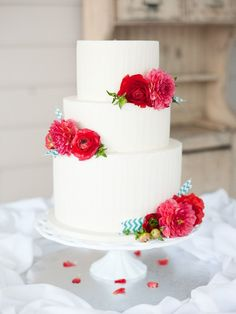 Beautiful Cake Pictures: Pretty Red Flowers on White Wedding Cake - Flower Cake, Wedding Cakes - Beautiful Wedding Cakes, Gorgeous Cakes, Pretty Cakes, Dream Wedding, Cake Wedding, Elegant Wedding, Perfect Wedding, Gateaux Cake, Wedding Cake Inspiration