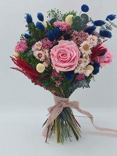 Febrero, y vamos a hablar de la elegancia de las rosas naturales y la variedad de rosas preservadas para la elección de tu ramo de novia. | Flores Akita Akita, Floral Wreath, Wreaths, Home Decor, Hot Pink, Rose Varieties, Rose Trees, Floral Decorations, Wedding Bouquets