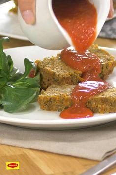 Mach' nen Braten mal vegetarisch und lasse dich von dem vollmundigen Geschmack überraschen. Zutaten sind unter anderem Möhren, Zwiebeln, Lauch, Grünkern, Semmelbrösel, Haselnuss und Emmentaler. Dazu passt Gemüse und eine Tomatensauce. Probiere es aus! #rezept #vegetarisch #braten #veggie #kochen #diy #lauch #möhren #zwiebeln Paprika Sauce, Green Box, Meatloaf, Food Inspiration, Veggies, Maggi, Versuch, Vegan, Feltro