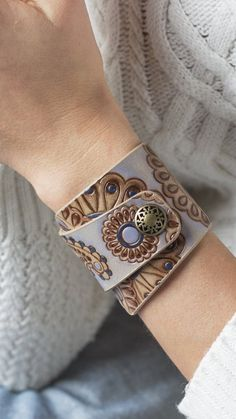 Paisley Leather Bracelet, Bronze and Blue Leather Bracelet for Women Ladies Girls, Hand Painted Bracelet, Leather Bracelet with Snap Closure - Handcrafted Ideen Diy Leather Bracelet, Leather Jewelry, Cuff Bracelets, Trendy Bracelets, Braided Bracelets, Metal Jewelry, Leather Accessories, Jewelry Accessories, Women Jewelry