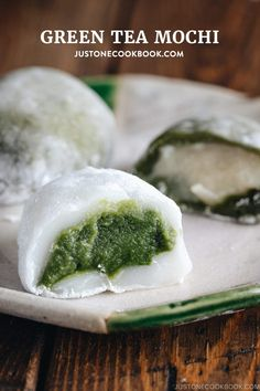 Perfectly chewy with a hint of sweetness, Green Tea Mochi is timeless Japanese sweet enjoyed by all ages. Top Recipes, Sweet Recipes, Cooking Recipes, Sushi Recipes, Asian Recipes, Japanese Sweets, Japanese Food, Red Bean Dessert, Recipes
