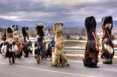 Kukers desfilando en Simitli, durante el Carnaval de Bulgaria o Kukeri. | Simitli cc.by-sa-nc Klearchos Kapoutsis http://www.flickr.com/photos/klearchos/