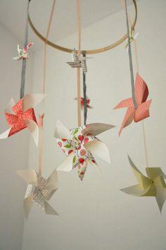 mobile-bébé-DIY-moulins-vent-papier-plié-différentes-hauteurs mobile bébé