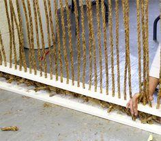 Pour fabriquer une cloison intérieure et séparer les espaces couper des morceaux de cordes en fibres naturelles et les nouer sur des tasseaux percés