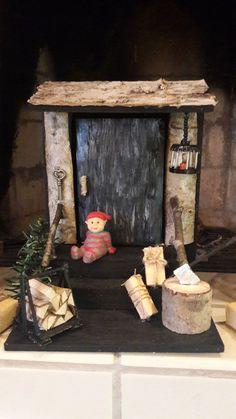 Tämä saunatontun ovi on tehty vanerista ja maalailtu, katolle kaarnaa ja puuta kylkeen, puunkantoteline coktailtikuista ja pikku halkoja, hakkupölkky tietenkin ja kirves, kirveen terä foliosta. Vanhanajan lämmintä tunnelmaa, ihana näpertää, terapiaa askarrella, tykkään 😍 Lämmintä Joulua!