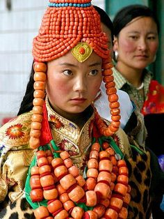 Tibet Traditional regional costume and headdress of Khampa Tibetans These costumes are the most prized possessions of the wearers families We Are The World, People Around The World, Around The Worlds, Tribal Costume, Folk Costume, Costumes, Beautiful World, Beautiful People, Costume Ethnique