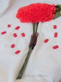 Te gusta el color rojo y eres una novia alegre, que te gustan las flores únicas con los tallos vistos y largos, pero te gustan las flores de tela, para poder guardarlas y recordarlas siempre, pues ya sabes, Rosmelias o Rosas Gigantes de Algodón de Luna.Por siempre jamás en tu vida algodondeluna@gmail.com o +34606619349 #ramosdenoviasdetela #bouquettela #rosmelias #rosasgigantes #floresgrandes