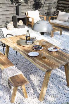 KARWEI | Het siergrind combineert mooi met het hout van de tuinset.