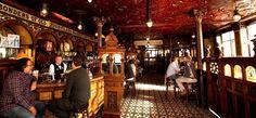 Il Crown Liquor Saloon è forse il pub più suggestivo e antico di Belfast, che vi saprà incantare con i suoi interni decorati, uno spaccato dell'epoca vittoriana.