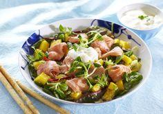 """Salat med ceviche og koriandersaus.   Ceviche er navnet på den peruanske nasjonalretten, men også en metode hvor rå fisk marineres i sitrus, gjerne lime eller sitron. Fisken """"kokes"""" av syren og endrer farge som om den blir stekt eller trekkes i vann. Her er oppskriften på en frisk og nydelig salat med ceviche av laks, servert med god koriandersaus og mango i terninger. Bør absolutt prøves!"""