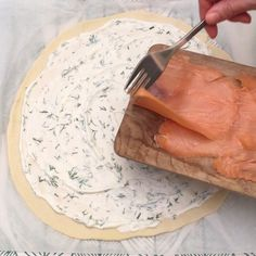Smoked salmon braid with dill and cream cheese, intricately braided- Räucherlachs-zopf mit dill und frischkäse, kunstvoll geflochten Smoked salmon braid with dill and cream cheese, artfully … - Pizza Snacks, Snacks Für Party, Aperitivos Finger Food, Fingers Food, Party Finger Foods, Yummy Food, Tasty, Party Buffet, Smoked Salmon