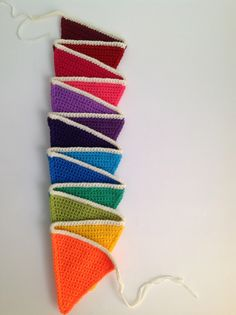Moet er een reden voor een feestje zijn om een vrolijke vlaggenlijn te mogen haken, nee toch?! Er zijn genoeg patronen te vinden hoe je vlaggetjes moet haken maar tot nu toe ben ik nog nergens tege… Crochet Bunting, Crochet Garland, Crochet Art, Cute Crochet, Crochet Motif, Crochet Crafts, Crochet Stitches, Crochet Hooks, Crochet Projects