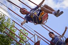 Balançando no grande céu azul.  https://newd7000user.wordpress.com/2012/06/21/week-23-of-52-theme-blue-our-annual-lagoon-amusement-park-trip/