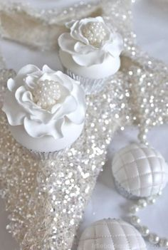 You can also use the pearls for decorating your cupcakes. Take pearl cupcakes decoration idea from here and design your beautiful cupcake with all love. Flowers Cupcakes, White Cupcakes, Pretty Cupcakes, Beautiful Cupcakes, Bling Cupcakes, Velvet Cupcakes, Cupcakes Bonitos, Cupcakes Lindos, Cupcake Art