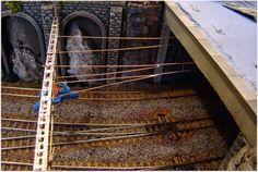 Montaje en escala H0 de la catenaria de los ferrocarriles suizos RhB.