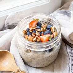 Omg New recipe is up! Spice up your summer mornings Spirulina, Falafel, Overnight Oats, Spice Things Up, Mornings, New Recipes, Acai Bowl, Yogurt, Smoothie