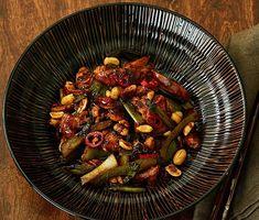 Wokad kyckling med chili och jordnötter | Recept ICA.se Asian Recipes, Ethnic Recipes, Wok, Swedish Recipes, Grill Pan, Kung Pao Chicken, Lchf, Grilling, Chili