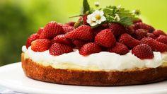 Lemoncurd er en tyk, smørbar citroncreme, som især englænderne er kendt for at spise oven på fx scones. Den søde, syrlige creme er også perfekt som fyld i en kage.