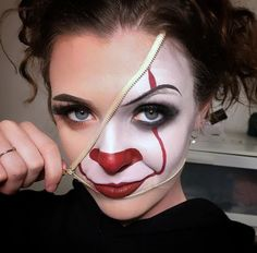 Looking for for ideas for your Halloween make-up? Check this out for creepy Halloween makeup looks. Maquillage Halloween Clown, Halloween Makeup Clown, Amazing Halloween Makeup, Clown Makeup, Scary Makeup, Halloween Kostüm, Nose Makeup, Halloween Tattoo, Pretty Halloween
