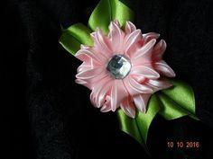 Сегодня украшаем ободок очень несложными в изготовлении, но очень эффектными цветами канзаши.