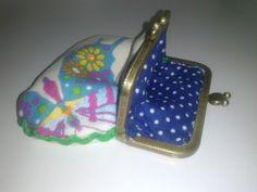 Monederos tela mariposas con picunela.Forro tela en topitos azul y blanca.Boquilla en cobre.
