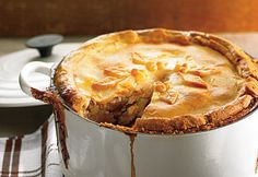 Recette Tourtière du Lac-Saint-Jean  #recette #noel #tourtiere Canadian Dishes, Canadian Food, Meat Recipes, Fall Recipes, Christmas Recipes, Lac Saint Jean, Confort Food, Beef Pies, New Years Eve Food