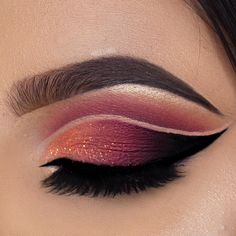 Red Crease: crimson red crease shadow with cut crease and black winged liner and shimmery glitter at the inner corners. Perfect makeup idea for Christmas parties or Thanksgiving parties. Could even look good at prom. Peach Eyeshadow, Eyeshadow Looks, Eyeshadow Makeup, Makeup Brushes, Eyeshadows, Blue Eye Makeup, Makeup For Brown Eyes, Winged Liner, Makeup Inspo