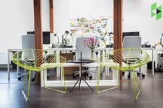 Our designer @kathykunz25 planned and organized the interior of this German startup office according to their branding requirements. Small meeting area created with these Arper Leaf Lounge chairs.
