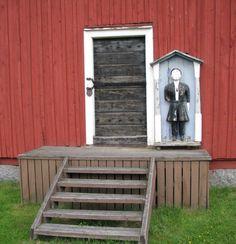 """Närpiö Pirttikylän kirkon vaivaisukko, jonka on tehnyt Johan Bergman, jota on kutsuttu myös """"Dal-Jossiksi"""". Hänen esivanhempiensa kerrotaan muuttaneen Suomeen Taalainmaalta Ruotsista. Bergman oli yhtäaikaa räätäli, puuseppä ja pelimanni. Hänen työtään ovat myös Pelolahden, Maalahden ja Sulvan vaivaisukot. Vaivaisukko on tehty noin 1852 ja sen pituus on 116 cm. (Markus Leppo: Vaivaisukot)."""
