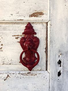 red door knocker -Love the looks of this! Old Door Knobs, Door Knobs And Knockers, Knobs And Handles, Door Handles, All About Doors, Door Detail, Door Furniture, Old Doors, Shades Of Red