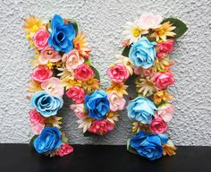 M em Flores   Letra em MDF encoberta de Flores Sintéticas